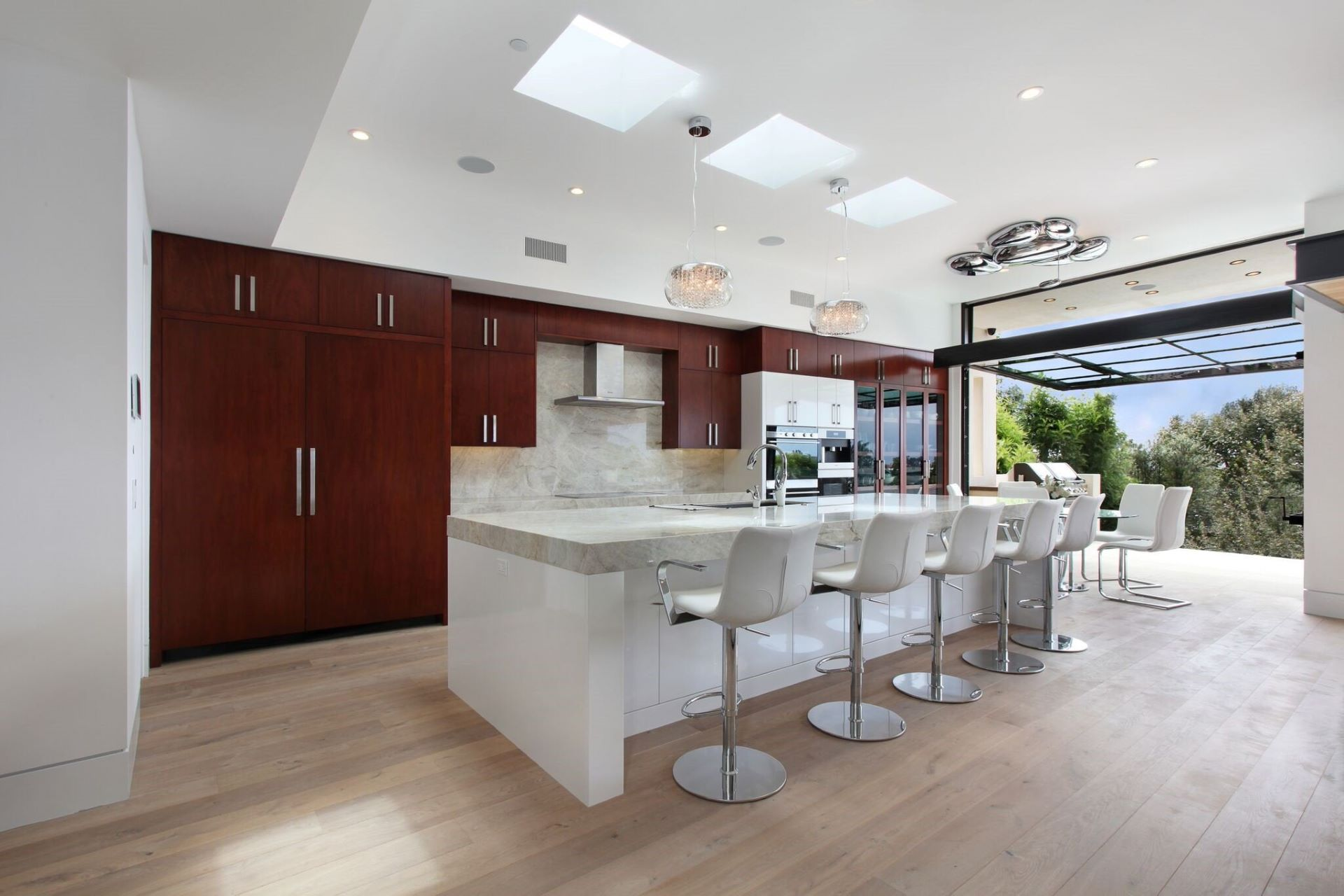 Combination of natural and artificial lighting gives a brightly-lit Contemporary space